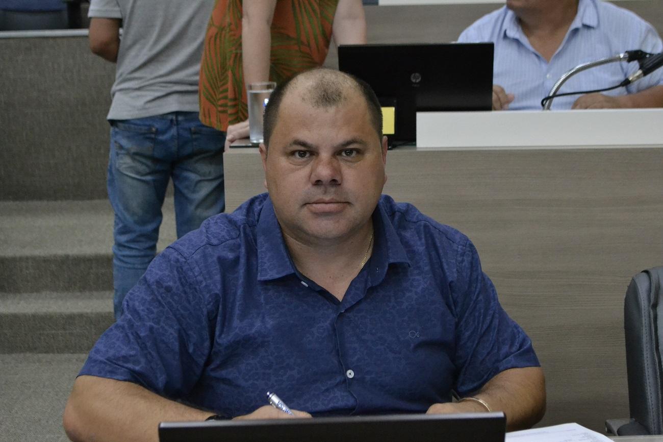 10/03/2020 - Fernando Lourenço solicita conserto de caixa coletora de esgoto na rua Presidente Costa e Silva
