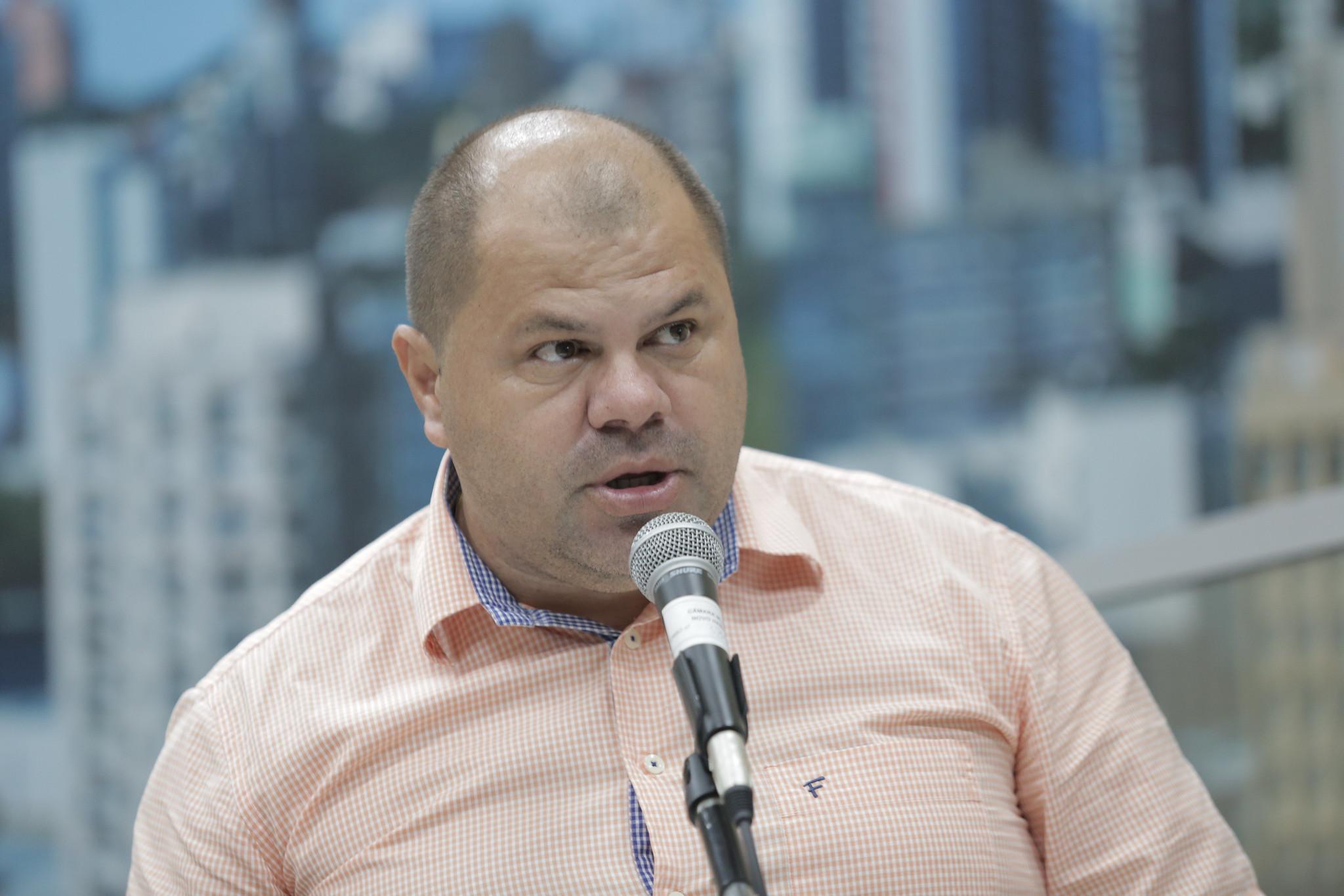10/07/2019 - Fernando Lourenço demanda recolhimento de galhos no bairro Canudos