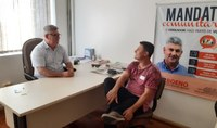 11/02/2020 - Vereador Nor Boeno recebe visita de morador do bairro Canudos na Câmara