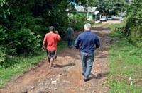 11/03/2019 - Nor Boeno conversa com moradores sobre problema estrutural que afeta pelo menos 15 famílias no bairro Diehl