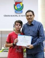 11/09/2017 - Gabinete: Inspetor Luz entrega diploma de Vereador Mirim