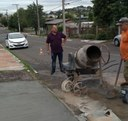 14/03/2019 - Fernando Lourenço acompanha conserto de calçada na esquina das ruas Ícaro e Castelo Branco