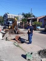 15/02/2019 - Fernando Lourenço fiscaliza serviço de troca de canos no Bairro Canudos