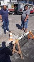18/03/2019 - Fernando Lourenço fiscaliza conserto de grade de esgoto na rua Mundo Novo