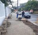 20/03/2019 - Fernando Lourenço acompanha conserto de calçada no bairro Hamburgo Velho