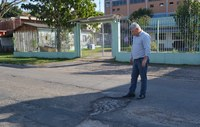 20/08/2018 - Vereador Nor Boeno pede operação tapa-buraco para rua próxima de escola em Canudos
