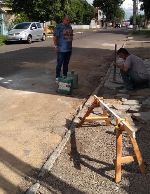 21/03/2019 – Fernando Lourenço acompanha colocação de basalto em calçada do bairro Canudos