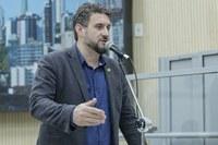 22/08/2018 - Professor Issur Koch solicita quadra poliesportiva em praça de Lomba Grande