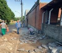 26/03/2019 – Fernando Lourenço acompanha conserto de calçada na rua Istambul