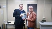 28/06/2019 - Vereador Nor Boeno recebe livro institucional que conta a trajetória da Comusa