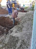 30/07/2020 - Conserto na rua Sevilha é fiscalizado pelo vereador Fernando Lourenço