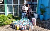 30/07/2020 - Vereador No Boeno entrega mais de 70 garrafões de tampinhas à AMO