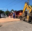 27/02/2019 - Fernando Lourenço acompanha conserto de ponte de madeira no bairro Canudos